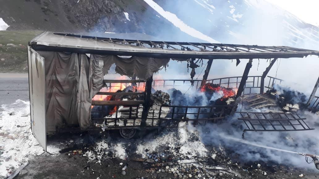 На трассе Бишкек – Ош сгорел прицеп грузовика с мукой (фото)